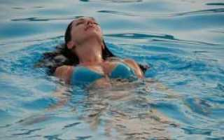 Почему в воде сводит ноги